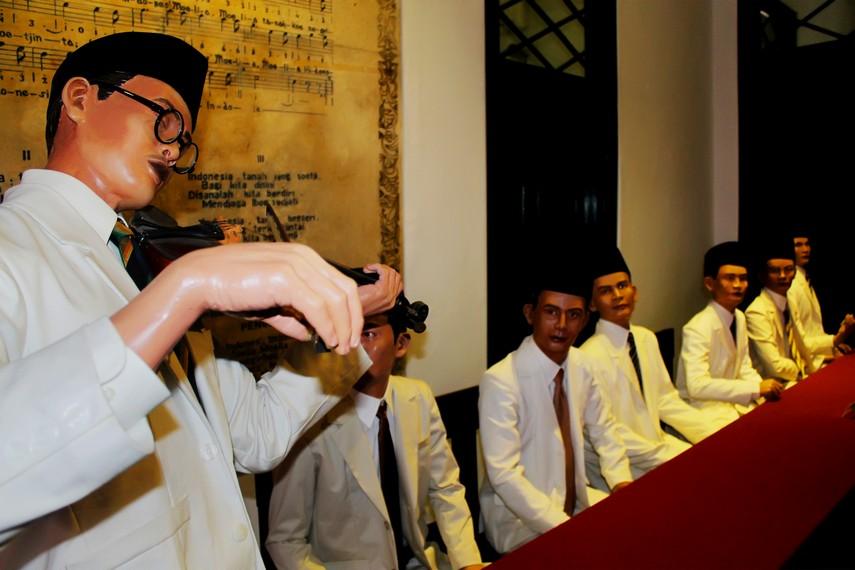 Diorama yang menggambarkan WR Soepratman sedang memainkan lagu Indonesia Raya di Kongres Pemuda II