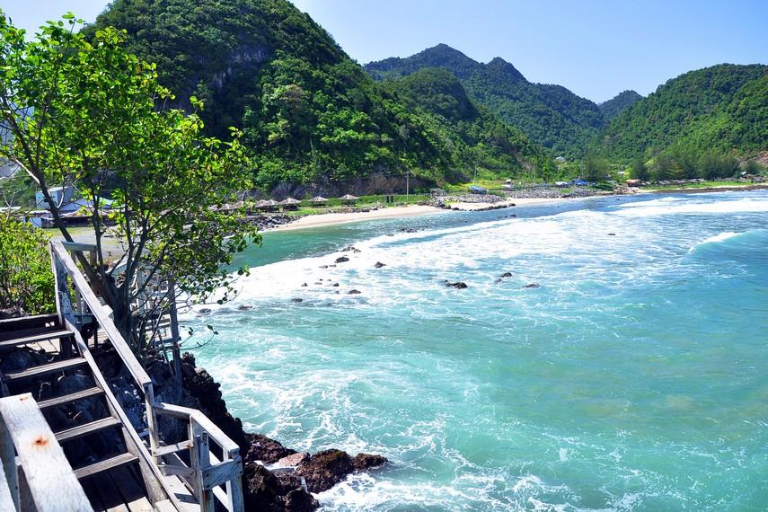 Disamping berselancar, menikmati pemandangan di Pantai Lhoknga juga menjadi daya tarik tersendiri