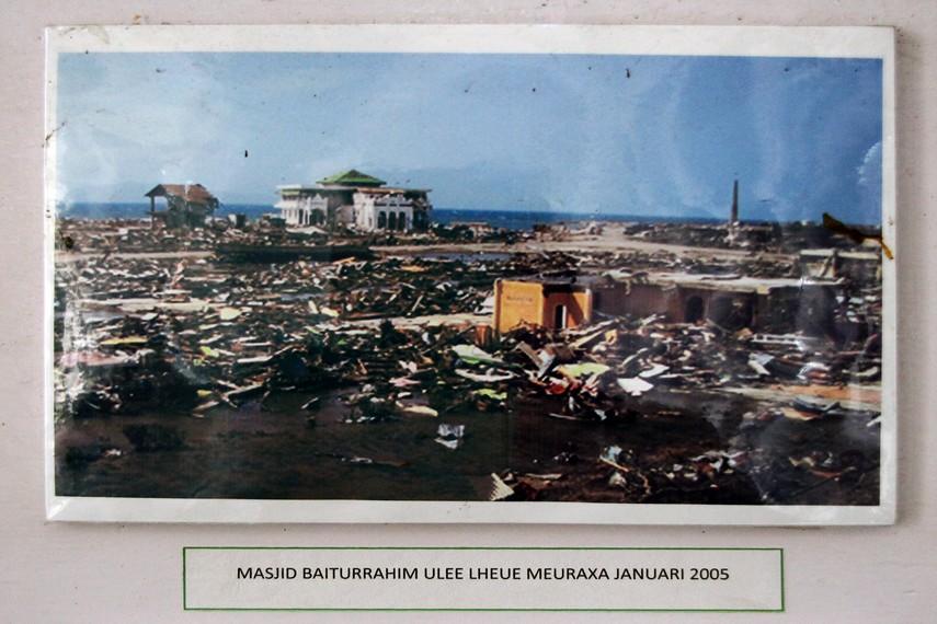 Dokumentasi foto Masjid Baiturrahim pasca tsunami. Terlihat bangunan di sekelilingnya hancur