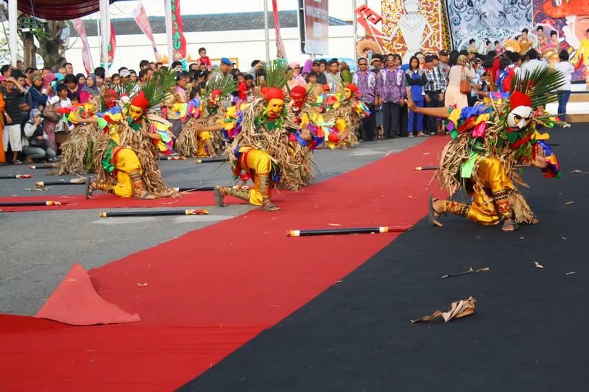 Drama ini biasa ditampilkan antara lain dalam prosesi pernikahan adat Lampung