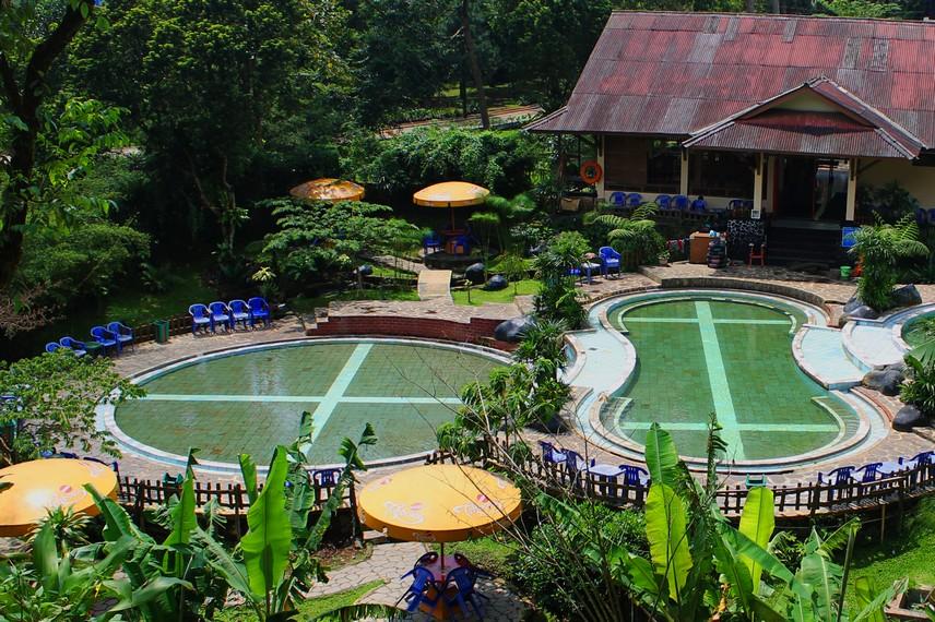 Dua kolam pemandian air panas yang sering digunakan pengunjung untuk berendam