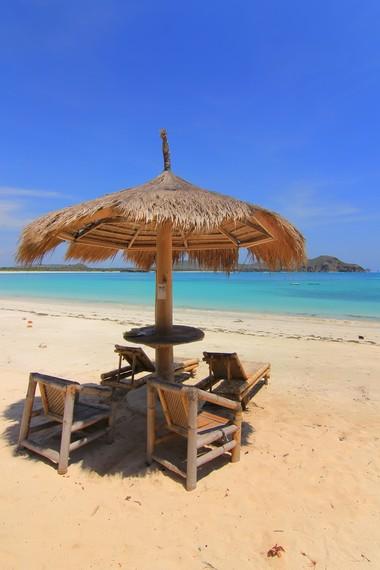 Duduk atau berjemur sambil memandangi panorama Pantai Tanjung Aan menjadi kegiatan yang sangat menyenangkan