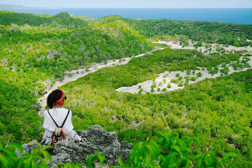 Duduk diam menikmati panorama keindahan dari atas Bukit Mando'o