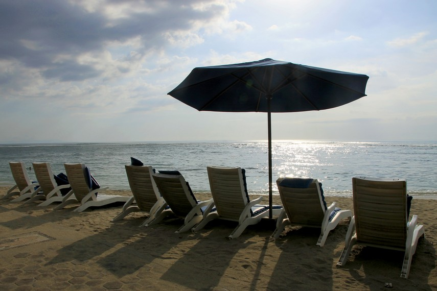 Duduk sambil memandangi panorama khas Pantai Senggigi menjadi momen yang sulit terlupakan