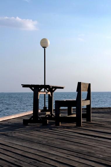 Duduk santai sambil menikmati laut lepas di dermaga menjadi hal yang menyenangkan di Pantai Akkarena