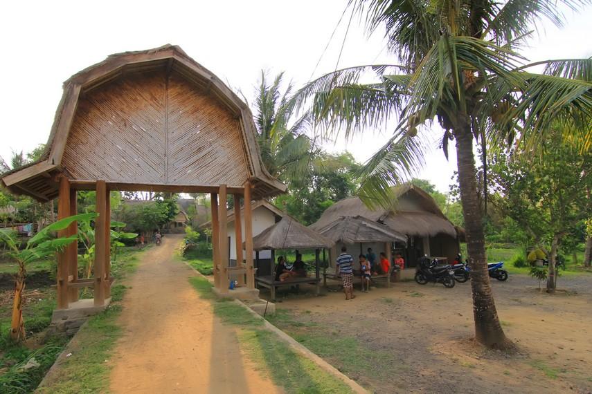 Dusun Ende berjarak 40 km dari Mataram atau sekitar 60 menit perjalanan