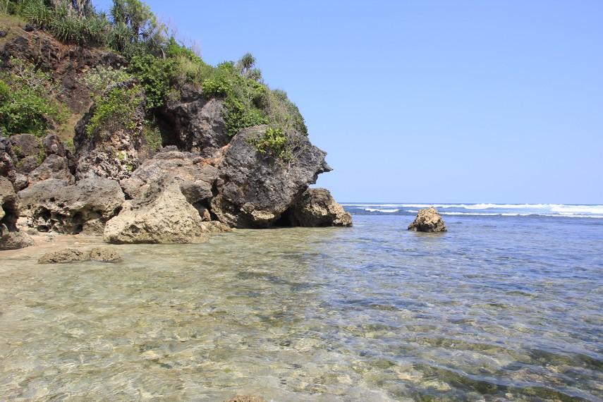 Pantai Sundak bersebelahan dengan Pantai Baron dan Pantai Kukup