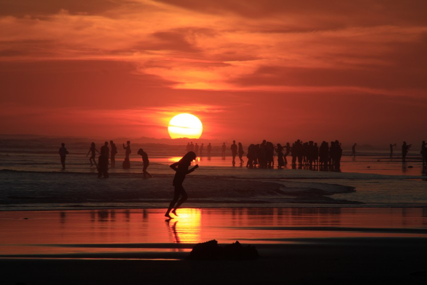 Pemandangan indah sunset di Pantai Parangtritis Yogyakarta