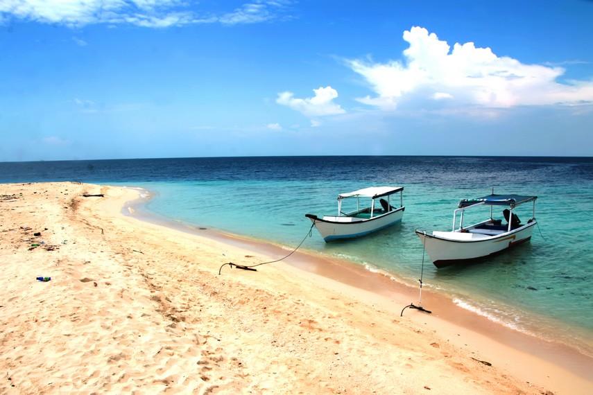 Paduan pasir putih dan air jernih menjadi pemandangan eksotis di Pulau Samalona