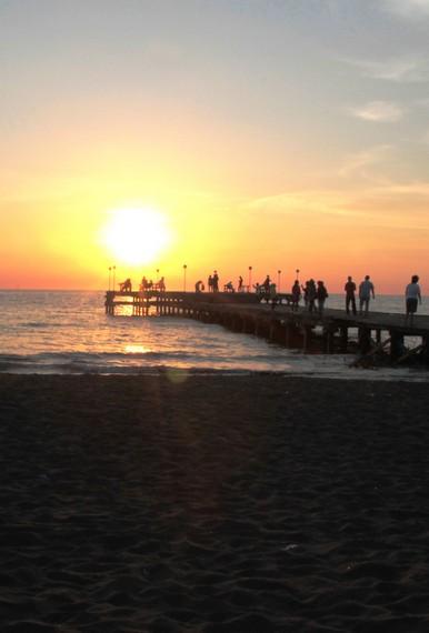 Eksotika pantai dan matahari terbenam di Dermaga menjadi perpaduan sempurna di Pantai Akkarena