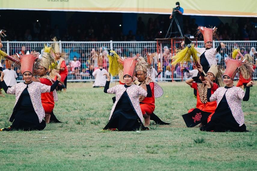 Erau sendiri berasal dari Bahasa Kutai yaitu eroh yang artinya ramai, riuh, ribut, suasana yang penuh sukacita