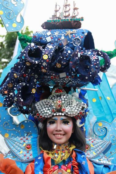 Fashion unik dengan aneka warna-warna cerah menjadi daya tarik tersendiri dalam gelaran Belitung Beach Festival