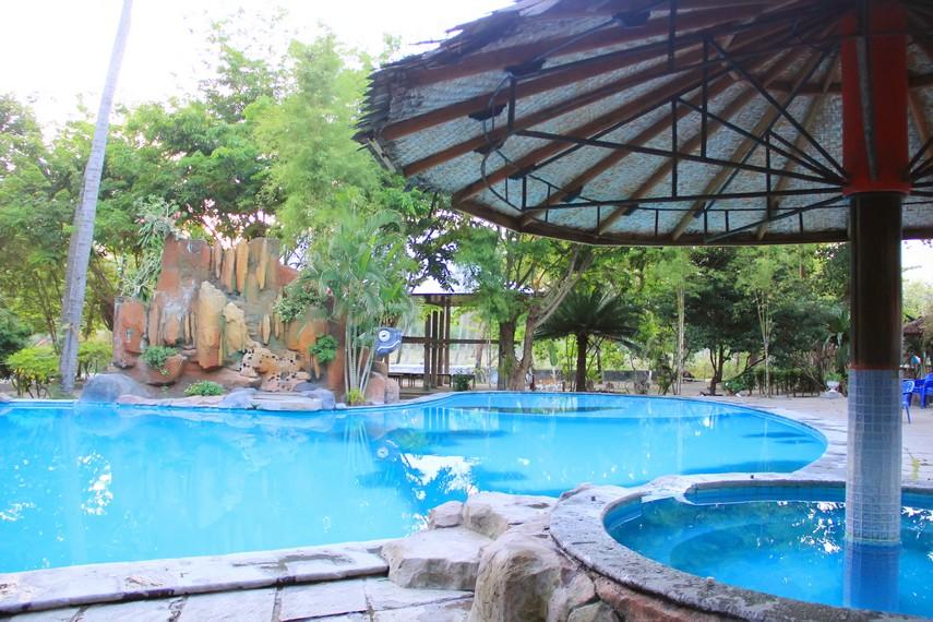 Fasilitas kolam renang yang terdapat di Pantai Kencana dapat digunakan oleh pengunjung