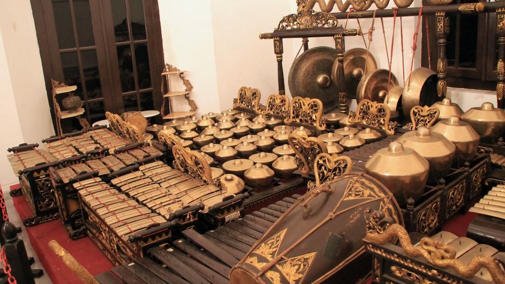 Gamelan merupakan seperangat instrumen seperti gambang, gendang, dan gong  yang dibunyikan secara bersamaan
