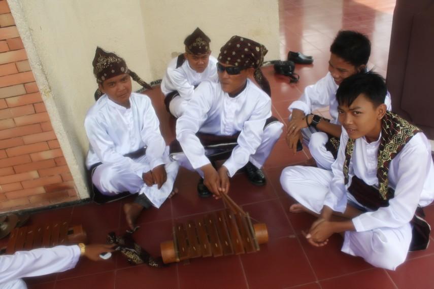 Gamolan Pekhing dimainkan saat ritual adat dan upacara penyambutan tamu