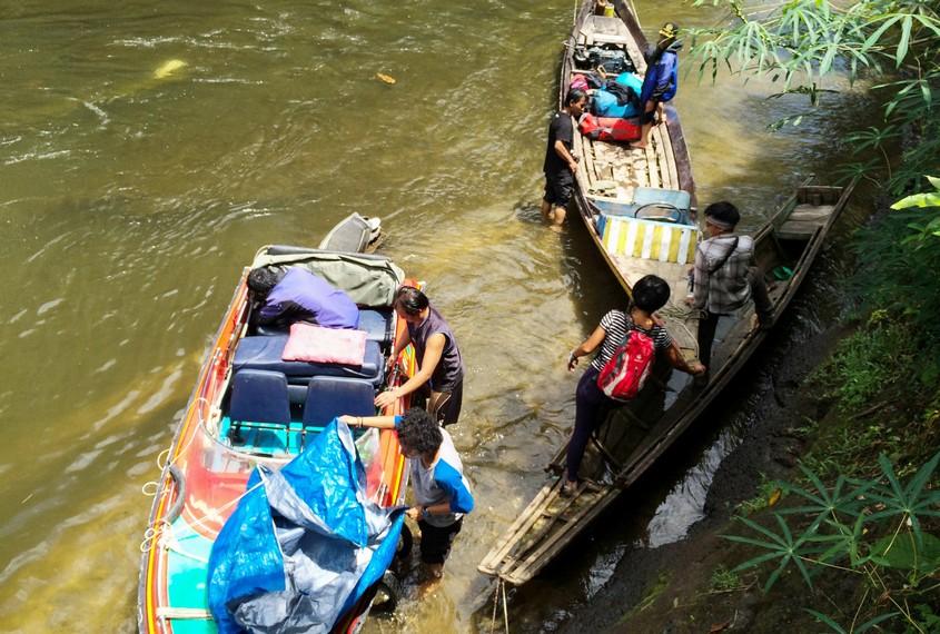 Ganti armada menjadi Klotok di Desa Jelundung karena air sungai surut