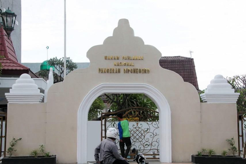 Gapura pintu masuk makam Pangeran Diponegoro