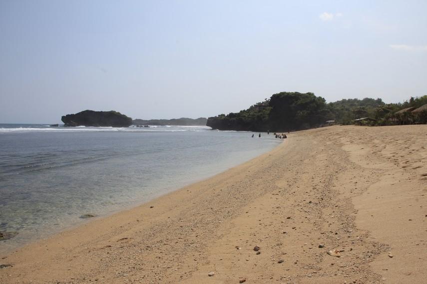 Salah satu keistimewaan Pantai Sundak adalah garis pantainya yang panjang