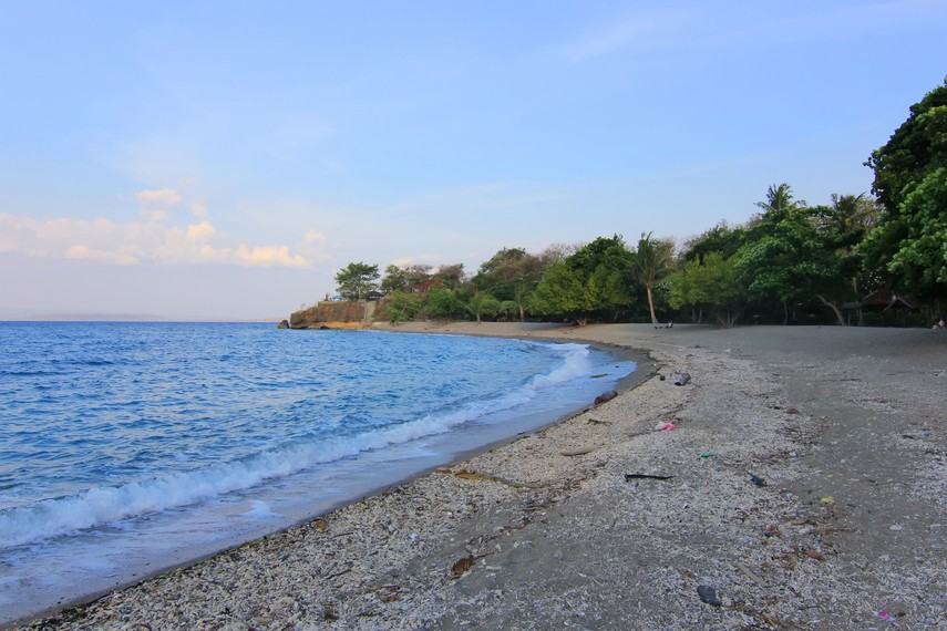 Garis pantai yang melengkung menjadi ciri khas Pantai Kencana
