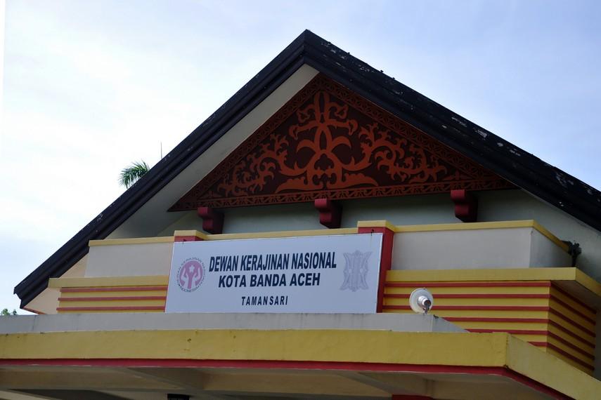 Gedung Dewan Kerajinan Nasional Daerah Aceh terletak di sisi selatan Tamansari
