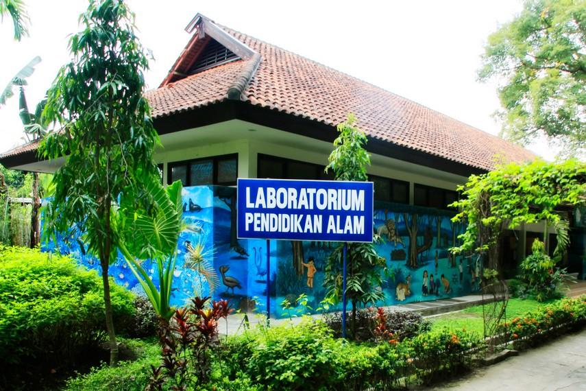 Gedung laboratorium pendidikan alam Kebun Binatang Gembira Loka