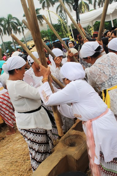 Gejlok lesung kini sering dikolaborasikan dengan alat-alat musik modern dan gamelan