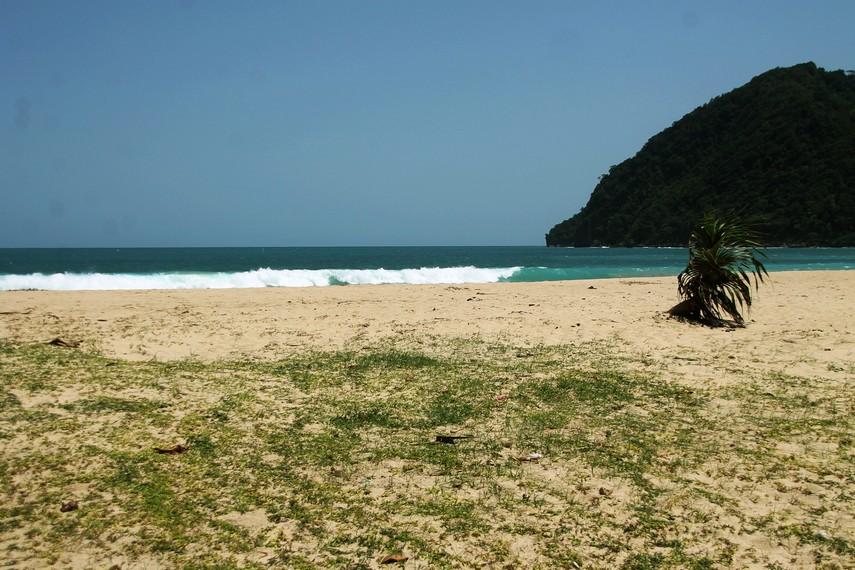 Gelombang tsunami sempat membuat pantai ini terbengkalai. Masyarakat enggan datang ke pantai karena masih trauma