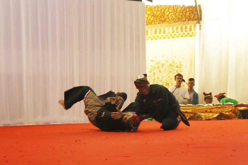 Gerak pukulan, tendangan dan kuncian menjadi unsur berbahaya dalam silek Minangkabau
