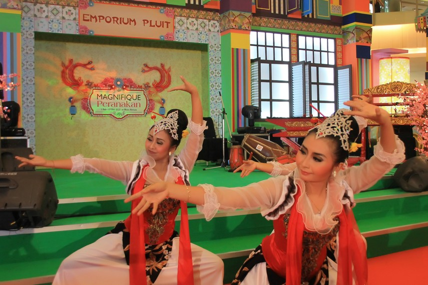 Gerakan menari bersama antara penari dan tamu biasa disebut dengan istilah ngibing