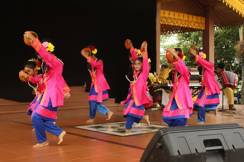 Gerakan tari zapin dara didominasi oleh kelihaian penari dalam gerakan mengangkat kaki