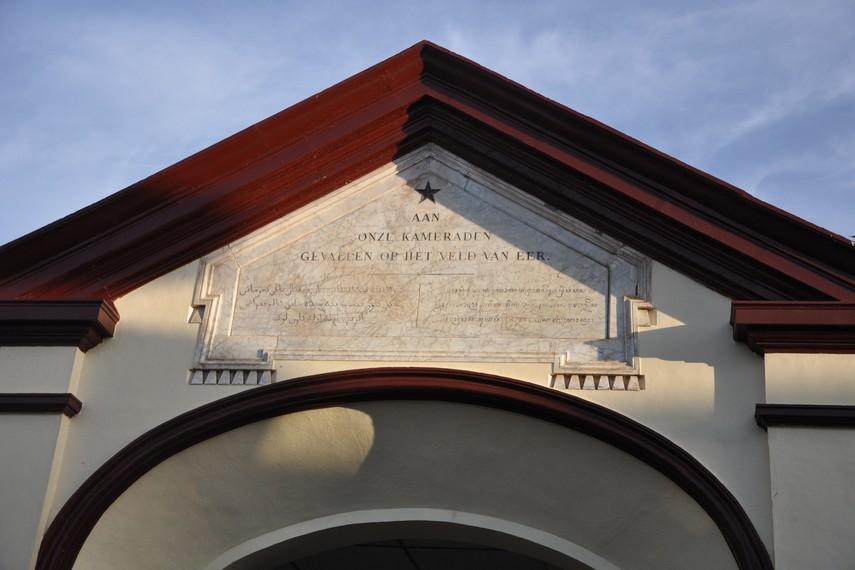 Gerbang berarsitektur Art Deco dengan batu tulis nama personil KNIL yang dimakamkan disini