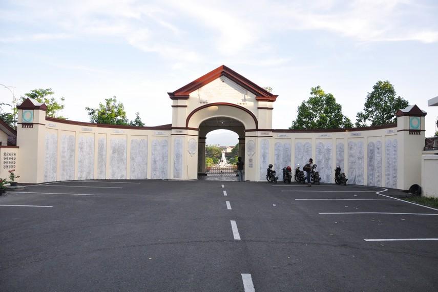 Gerbang dengan deretan prasasti nama para personil KNIL menyambut kunjungan kita ke Kerkhof Peutjoet