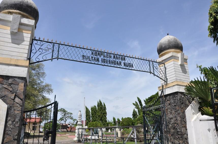 Gerbang masuk ke komplek Makam Sultan Iskandar Muda