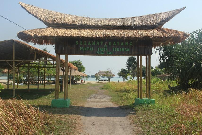 Gerbang masuk menuju Pulau Pari yang mendapat sebutan Pantai Pasir Perawan