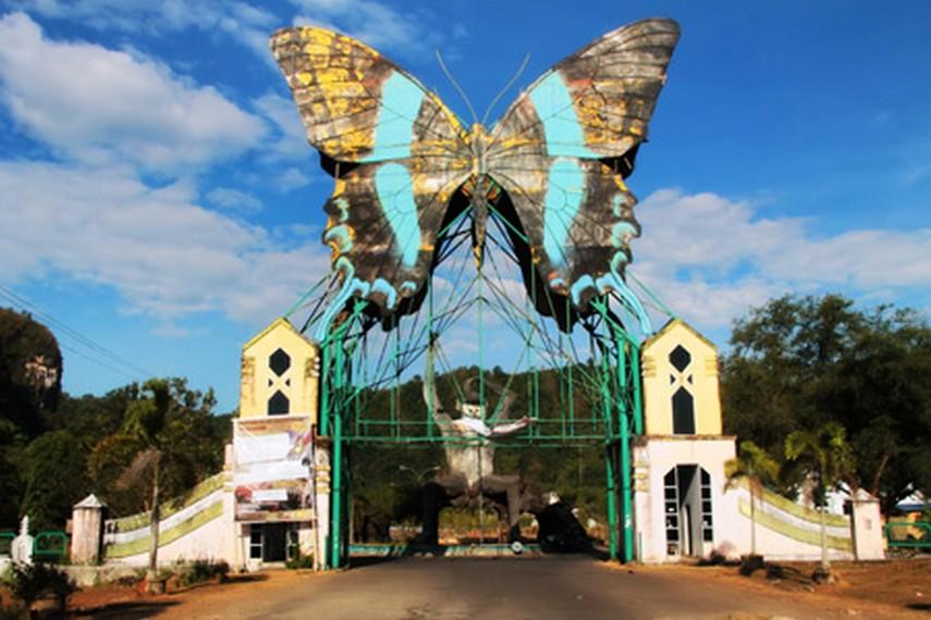 Gerbang utama menuju Taman Bantimurung, taman kupu-kupu terbesar di Sulawesi Selatan