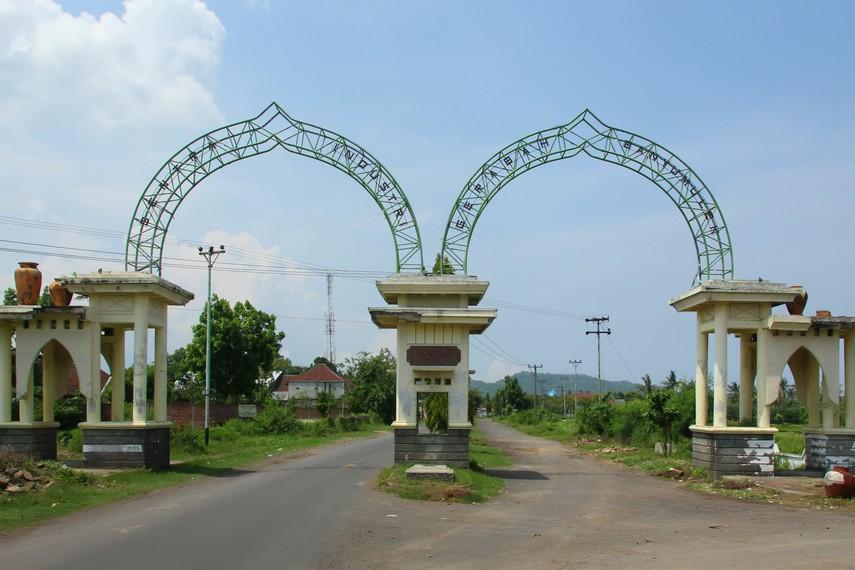 Gerbang yang menjadi pintu masuk Desa Banyumulek di Kabupaten Lombok Barat, Lombok, NTB