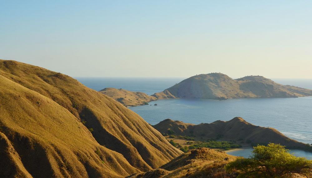 Gili Lawa di sebelah utara Pulau Komodo dan langsung berhadapan dengan Laut Flores