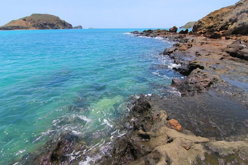 Gradasi birunya air laut menjadi panorama yang indah di Pantai Tanjung Aan