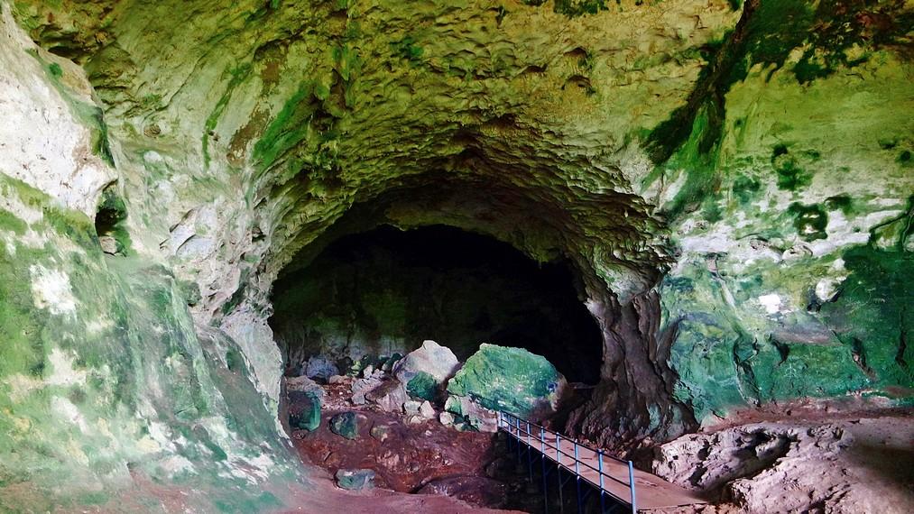 Gua Batu Hapu dihiasi stalagtit dan stalagmit yang sangat cantik