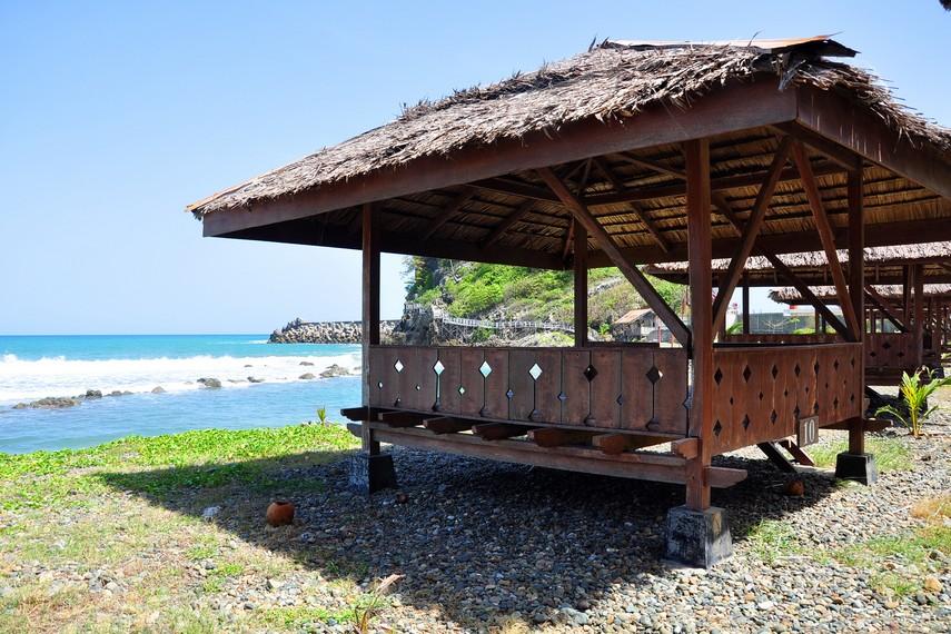 Gubuk-gubuk  yang menghadap ke laut lepas di Pantai Lhoknga menjadi tempat bersantai yang bisa digunakan pengunjung