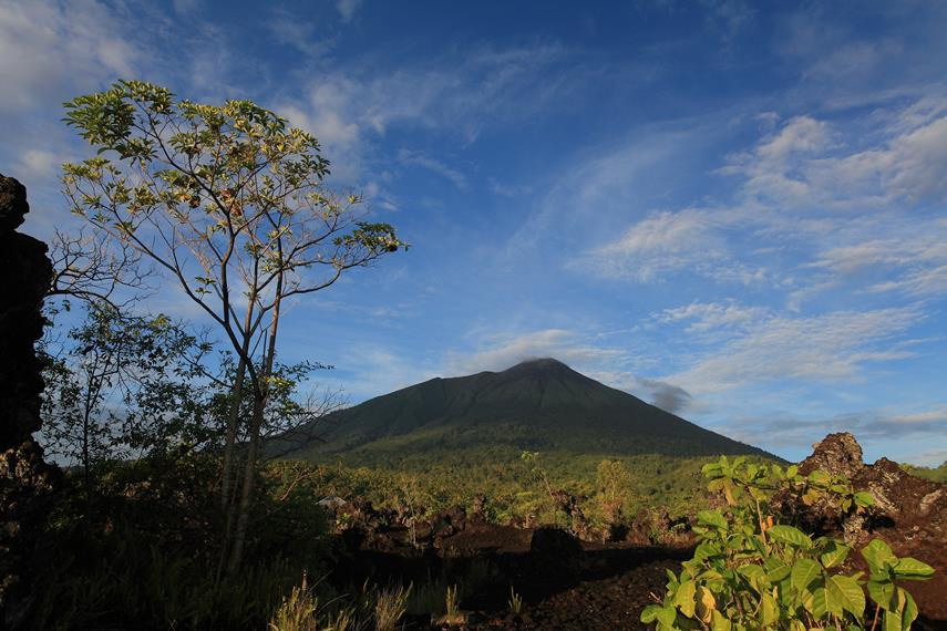 Gunung Gamalama adalah Gunung vulkanik yang masih aktif hingga saat ini