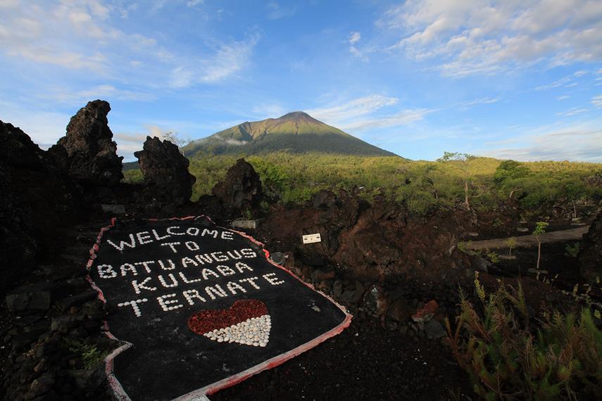Gunung Gamalama dilihat dari Obyek Wisata Batu Angus