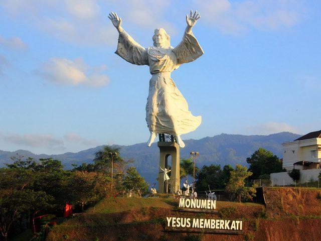 Uniknya Monumen Yesus Memberkati di Manado