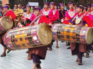 Kemeriahan Kostum Tradisional dalam Parade Budaya HUT Taman Mini Indonesia Indah