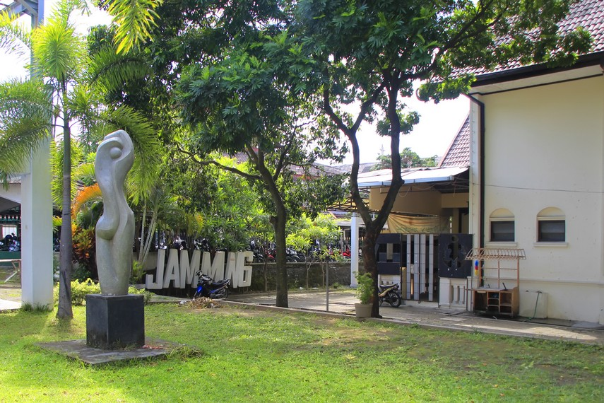 Halaman belakang Taman Budaya Yogyakarta yang ditumbuhi pepohonan rindang