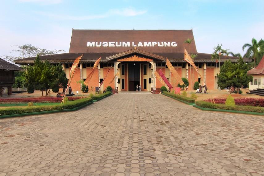 Halaman depan Gedung Museum Negeri Lampung yang terletak di Jalan Zainal Arifin Pagar Alam No. 64, Rajabasa, Bandar Lampung