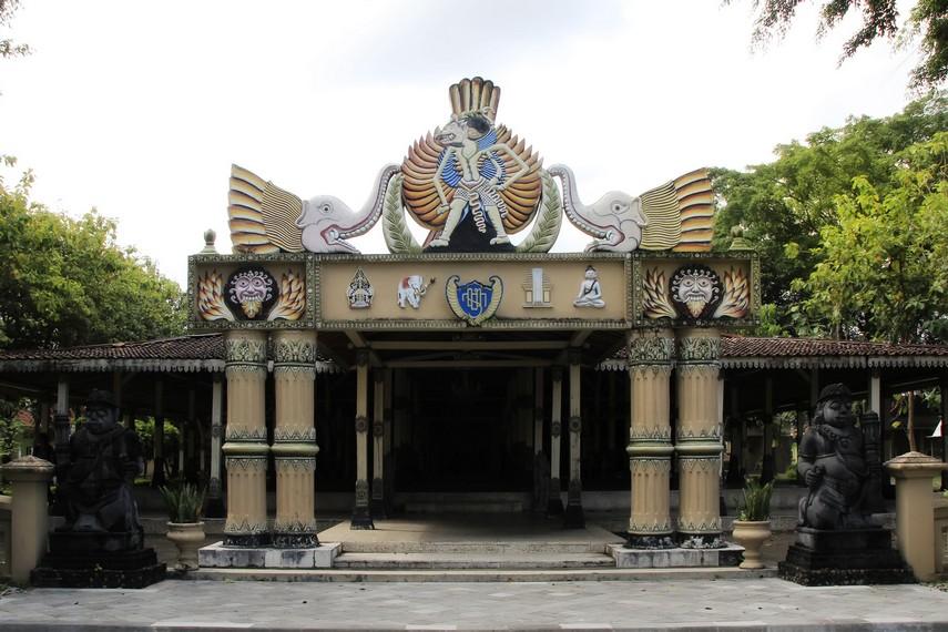 Halaman depan dan pintu masuk menuju Museum Wayang Kekayon Yogyakarta