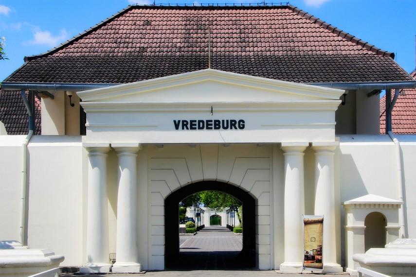 Halaman pintu masuk pengunjung menuju Benteng Vredeburg