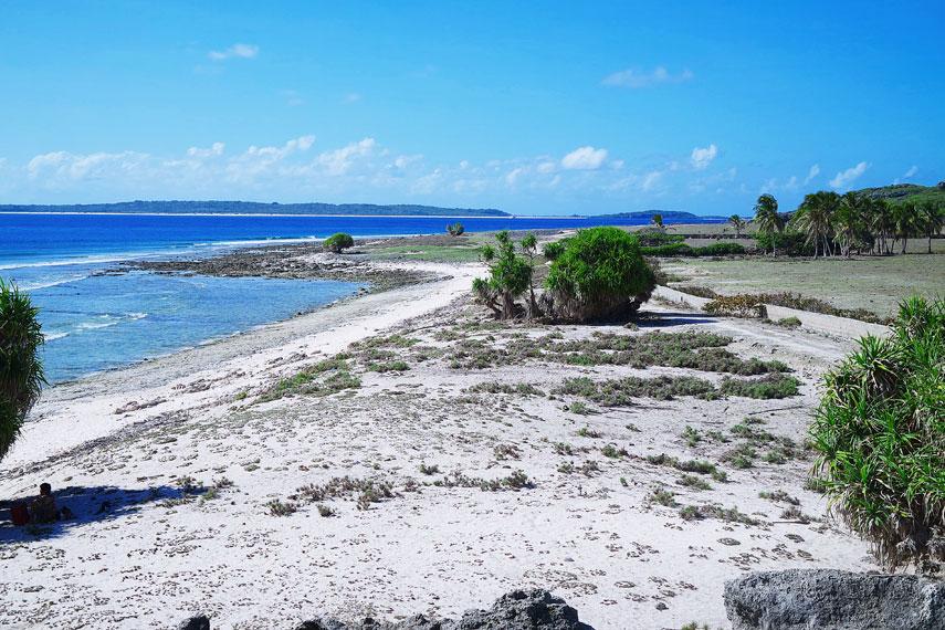 Hamparan laut lepas dilihat dari atas bukit karang yang berada di sisi pantai
