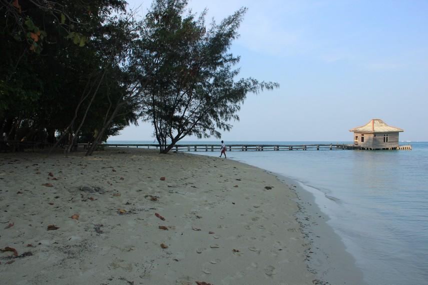 Hamparan pasir putih dan pemandangan dermaga menjadi paduan yang menarik di Pulau Semak Daun